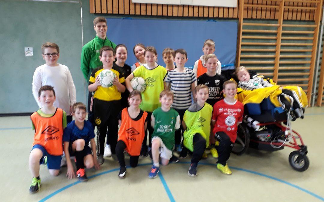 Werder Bremen trainiert Schülerinnen und Schüler der Grundschule Halen